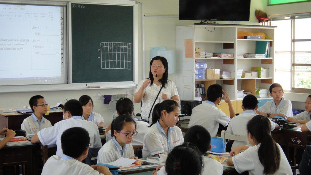 英語教師邱麗英讓學生在課堂上分組,進行小組討論、互動並且競賽。記者蔣繼平/攝影