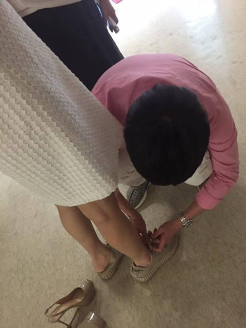 六月現在懷了第二胎,挺著肚子的她,老公李易貼心的蹲下來幫她把鞋帶繫好,六月把照片分享到臉書上,還寫道:「他覺得這張他很帥、並且完全不能接受我這樣踩他送我的鞋~」網友大讚李易真是好老公,更稱六月好幸福...