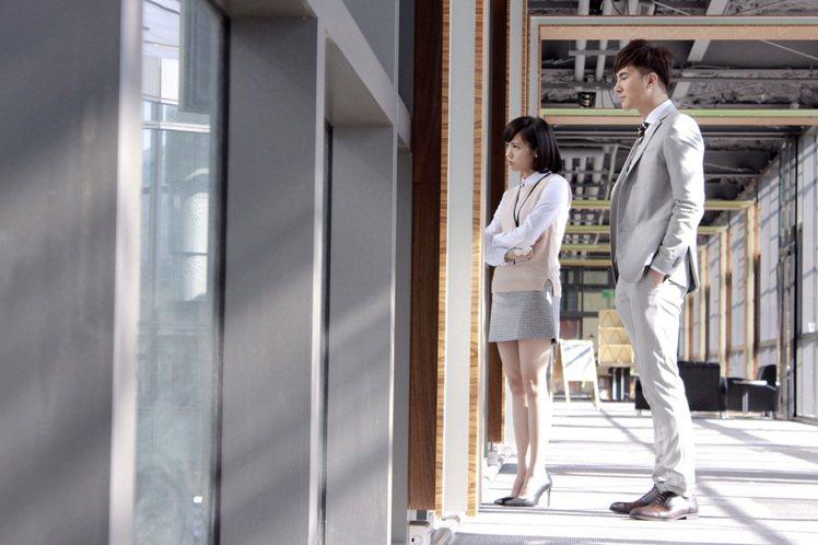 《遺憾拼圖》中,謝佳見(右)飾演西裝筆挺的帥氣公關公司總監。圖/TVBS提供