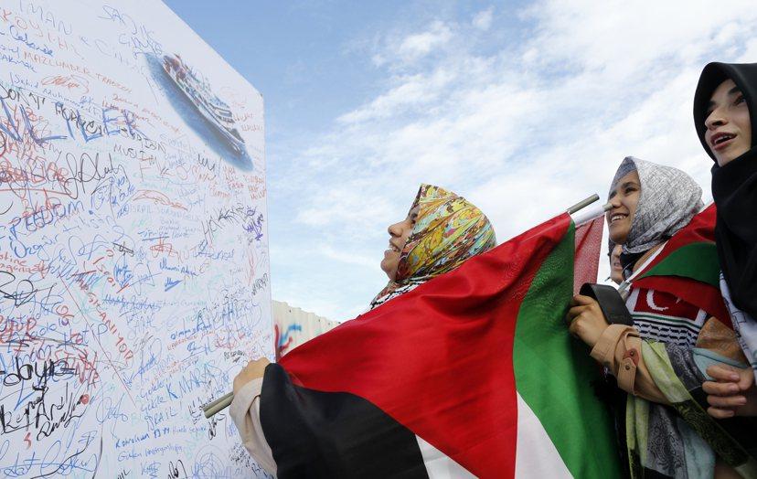 2012年伊斯坦堡法院開庭審理藍色馬爾瑪案,支持巴勒斯坦的民眾聚集在場外,於一面...