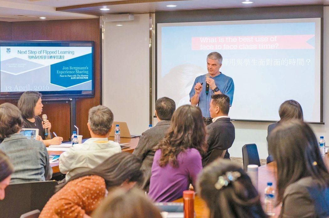 忠信學校邀強納森柏格曼與新竹各校校長分享翻轉學習,課堂上掃瞄卡片可掌握學生學習情...