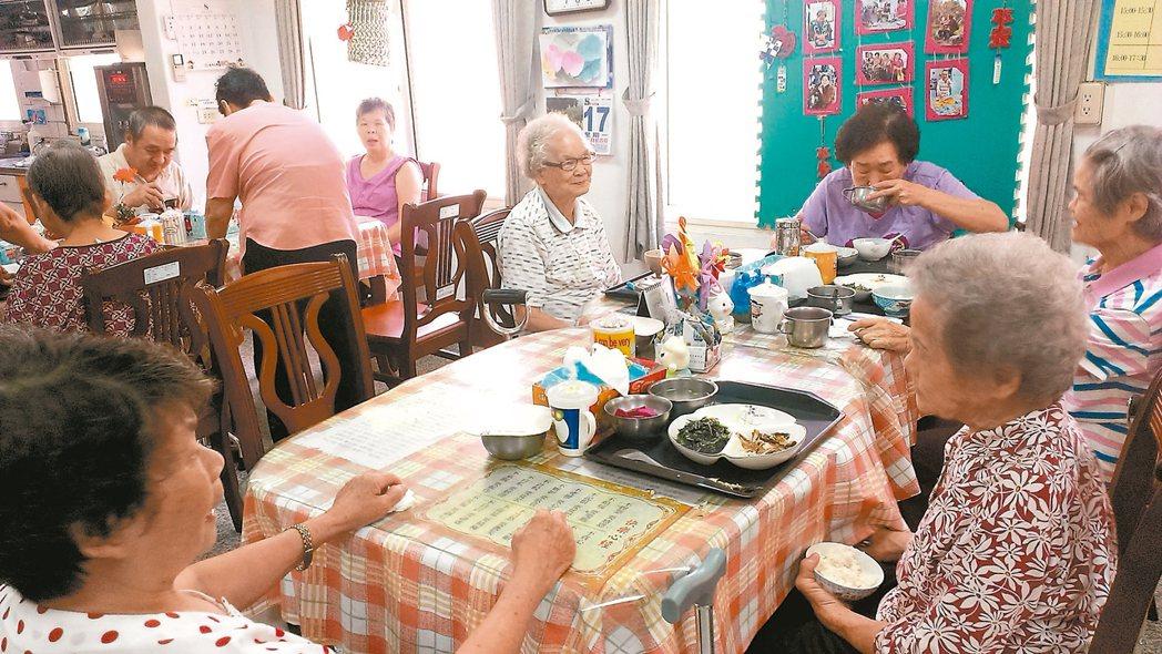 南投縣的老人占總人口數的14%,老人照護成為縣府施政的重要課題。 記者張家樂/攝...