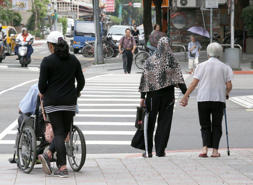老人獨處而孤單是許多國家面臨的社會問題。圖/報系資料照