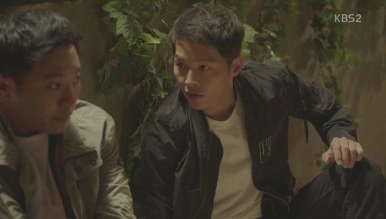 劇中的宋仲基穿著「MA-1」飛行員外套,既百搭又率性。圖/摘自office.kb...
