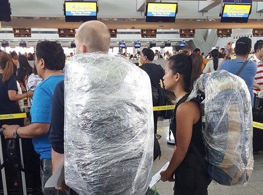 馬尼拉機場的旅客,因為行李被塞子彈栽贓的傳聞不斷,用保鮮膜綑住行李以求自保。圖片...