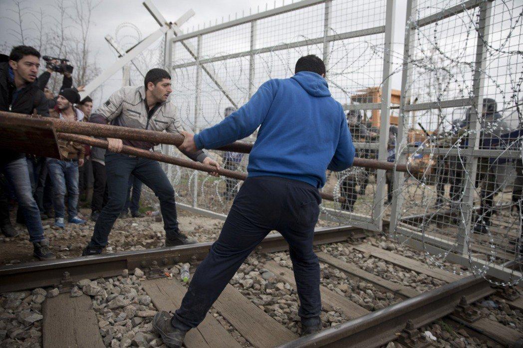馬其頓與希臘邊境:試圖強行闖進馬其頓的難民。 圖/美聯社