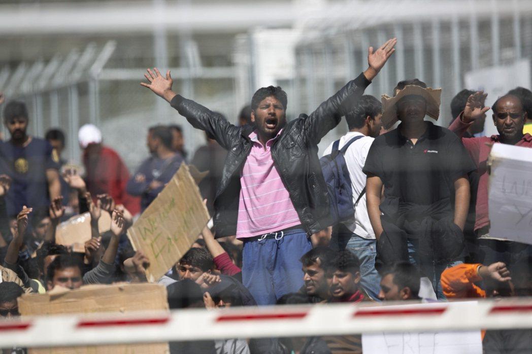 被擋在邊境的巴基斯坦難民。 圖/美聯社