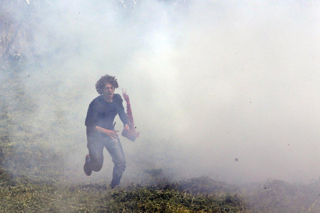 馬其頓與希臘邊境:催淚彈的威力。 圖/美聯社