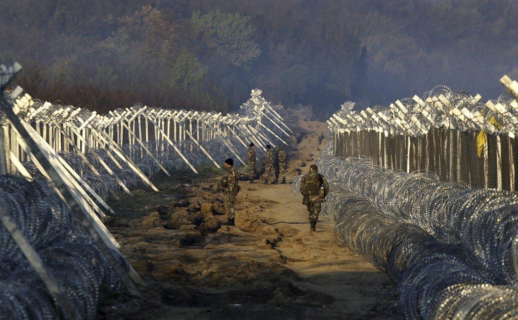 馬其頓軍警巡戈邊境防線。 圖/美聯社