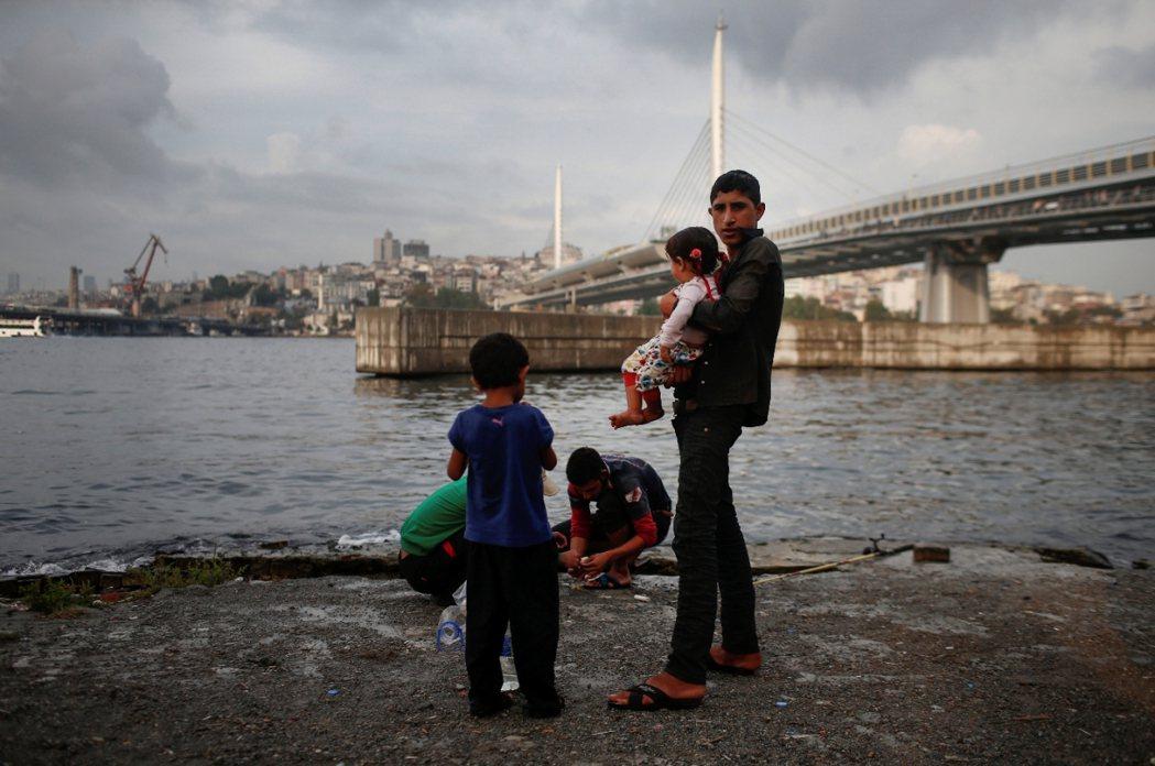 伊斯坦堡:在土耳其境內流離失所的敘利亞難民家庭。 圖/美聯社