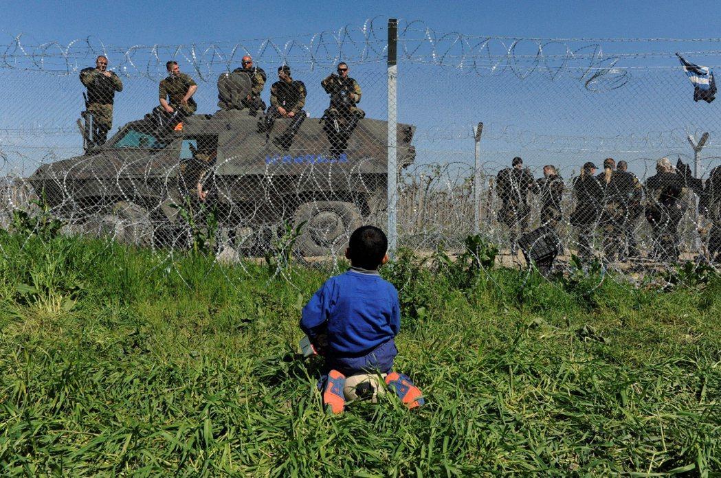 馬其頓與希臘邊境:仰望馬其頓警察。 圖/路透社