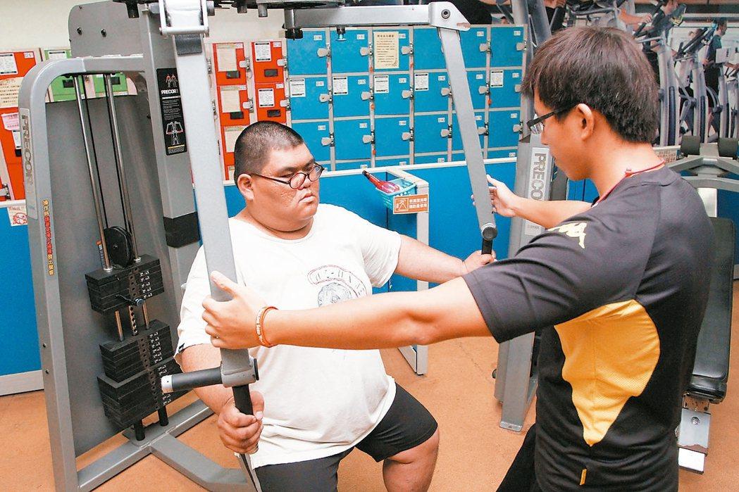 體重較重的人進健身房運動時,要有教練陪伴正確使用器材。 記者陳志曲/攝影