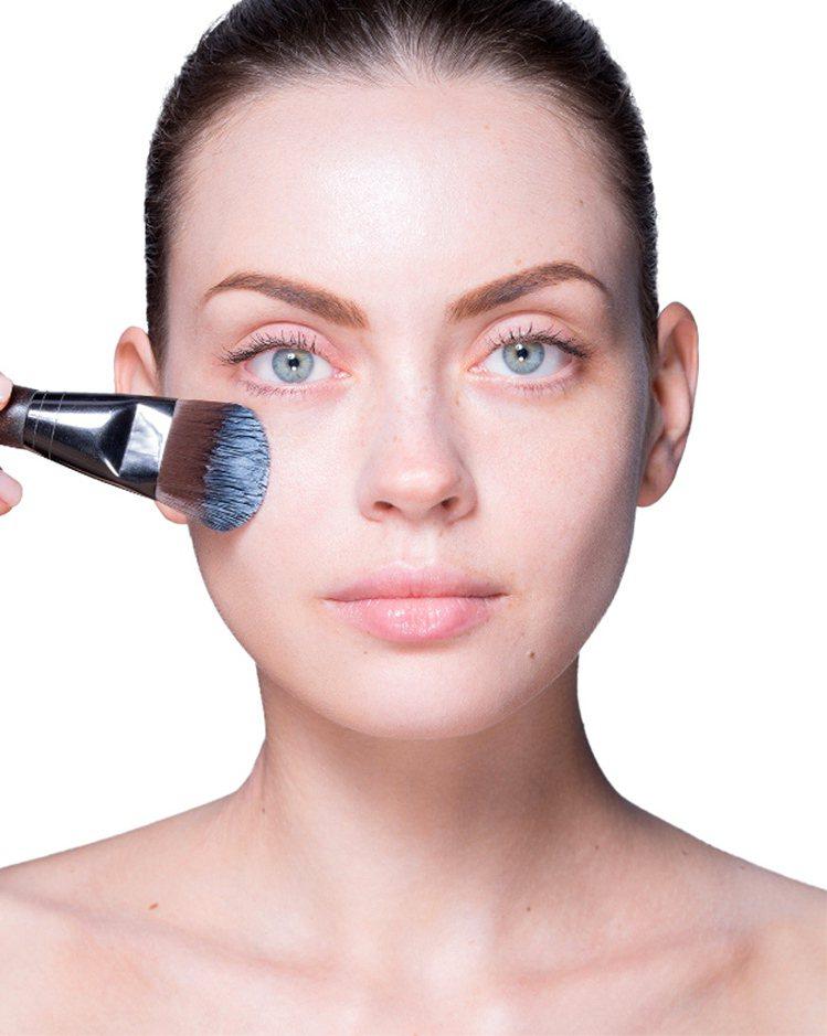 想要擁有完美妝感,就要學會如何善用彩妝刷。圖/MAKE UP FOR EVER提...