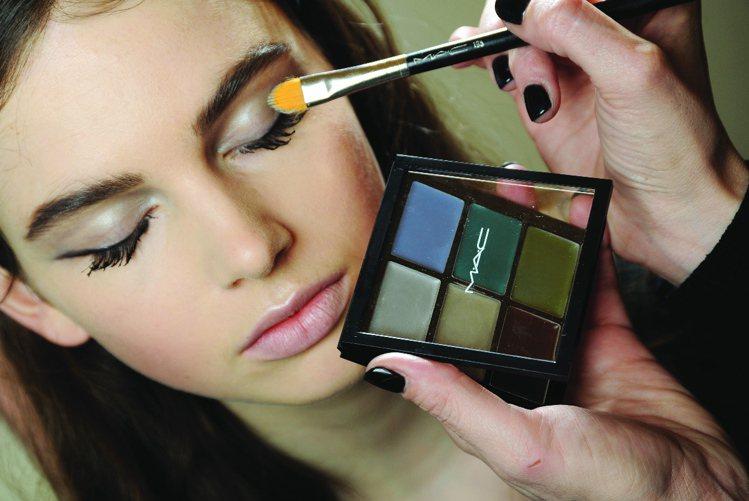 不同功能的彩妝刷,在刷毛、形狀與抓粉量都經過精確設計。圖/M.A.C提供