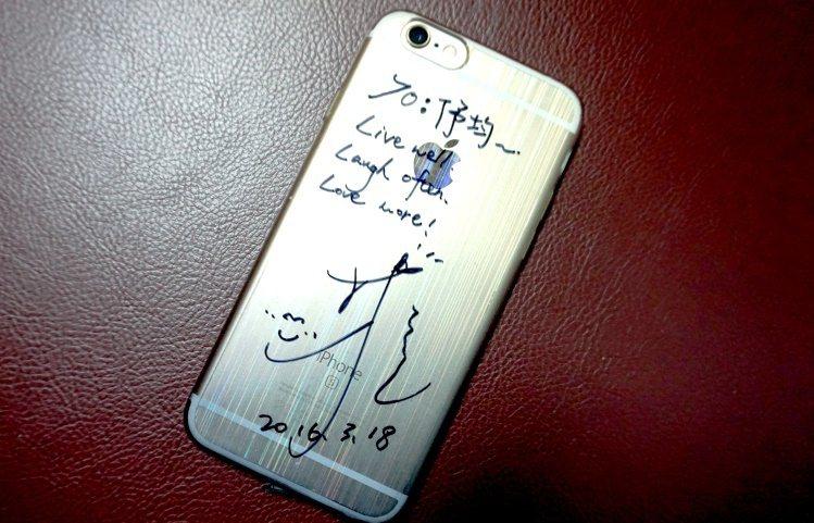 林依晨在伃均手機上的簽名/ 攝影/江佩津