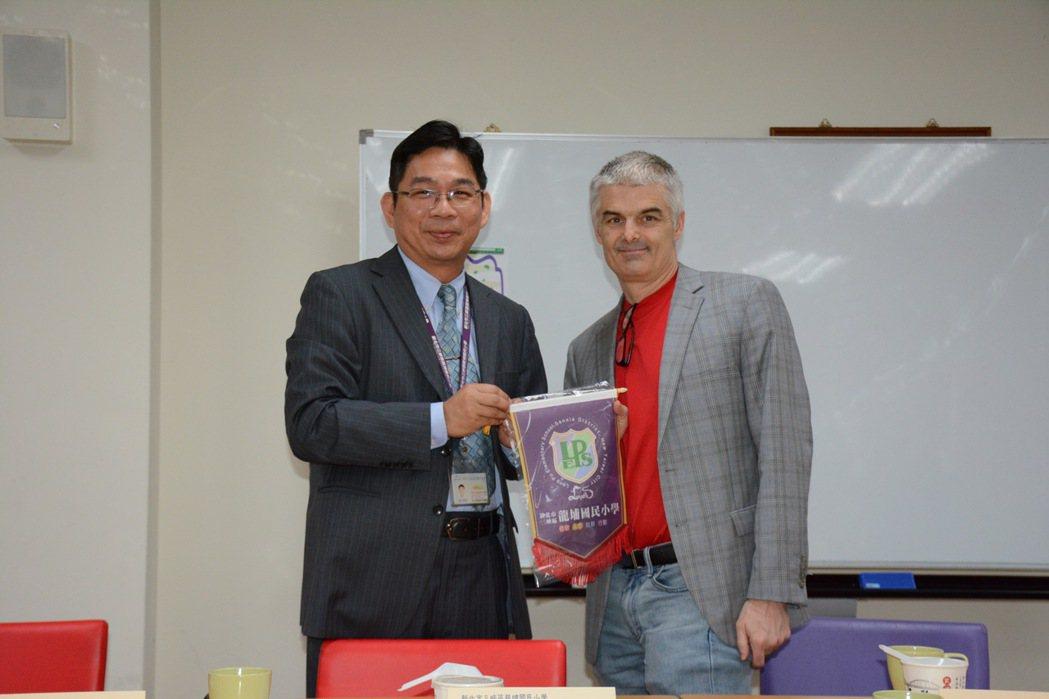 三峽龍埔國小校長林瑞昌也頒發獎牌給柏格曼先生。記者徐葳倫/攝影