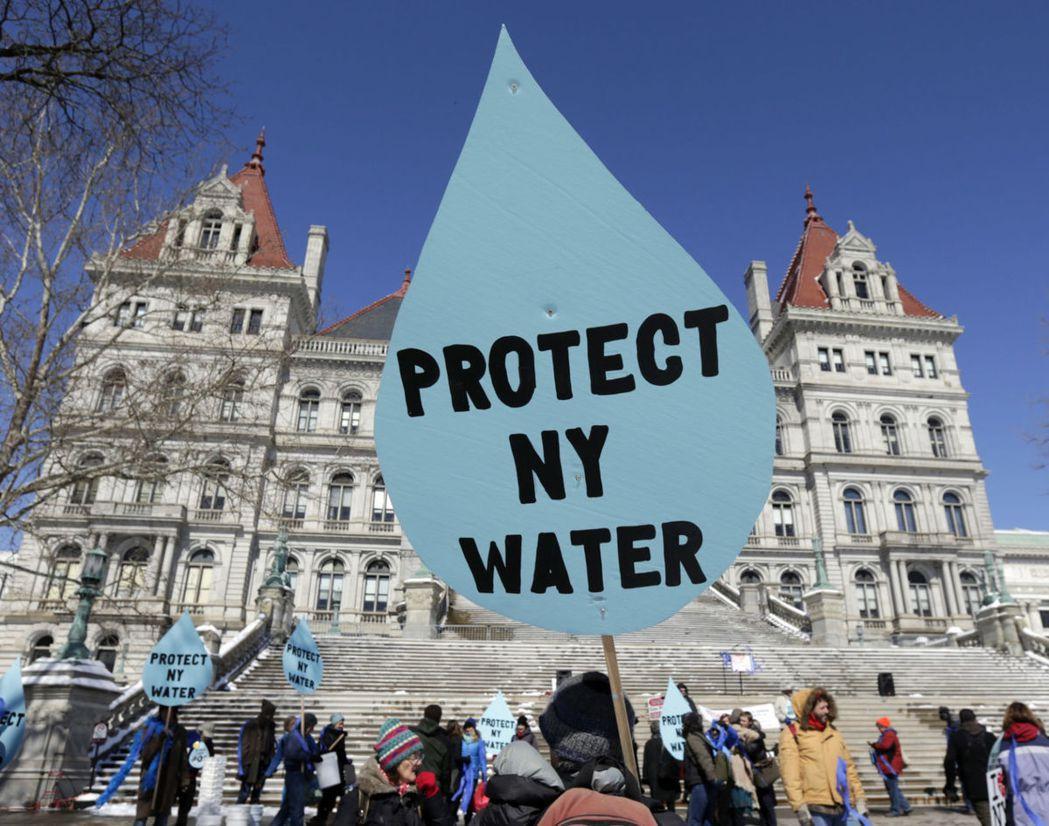 紐約抗議「憲法管線」。「憲法管線」是一條一條長約200公里,從賓州連接到紐約州北...