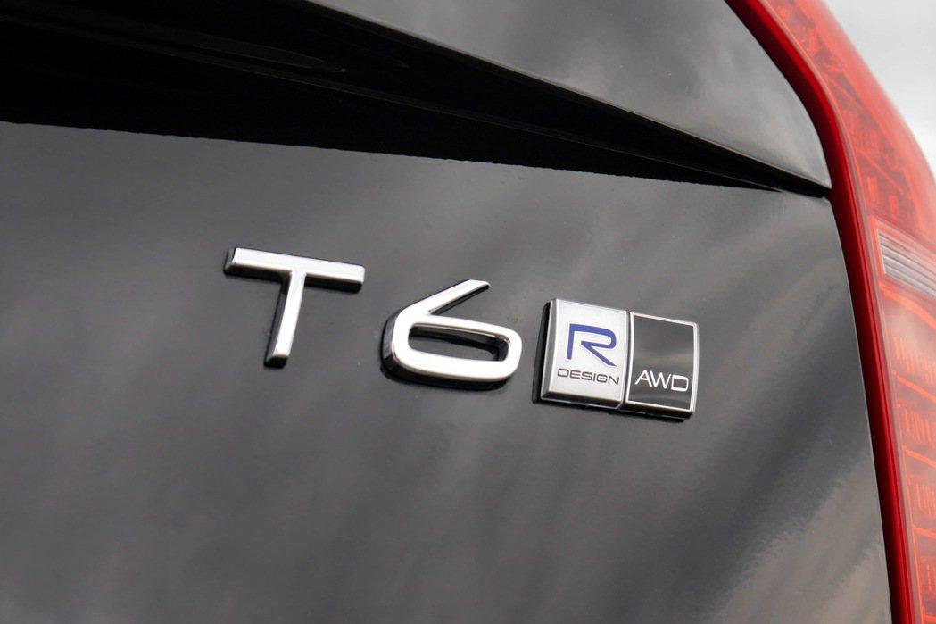 車尾部份有T6字樣及、R-Design及象徵全時四驅(All Wheel Dri...
