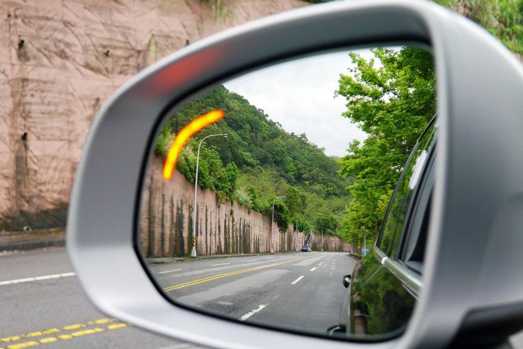 BLIS駕駛視覺盲點偵測系統。 記者陳威任/攝影