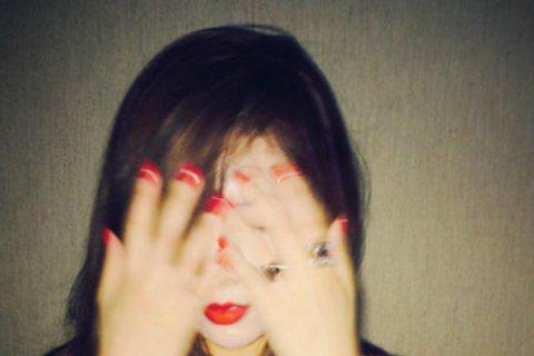 擁有魔鬼身材的南韓女星泫雅,最近被網友發現她似乎變胖了,還被人說臉似乎;日前她半夜在IG分享自拍照,由於色差太大,還被網友酸像「女鬼」!網友更發現她的照片似乎修照片修得太過頭,臉蛋與脖子以下的膚色差...