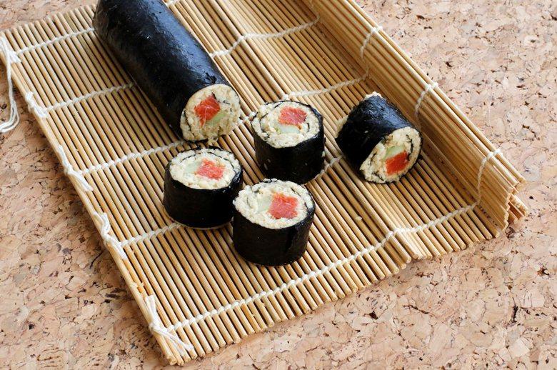 以日本壽司的量而言,捏好的壽司大小,得依據人嘴巴的大小,剛好一口一塊。 圖/美聯...