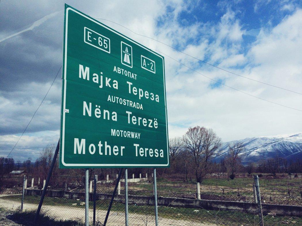 就連德雷莎修女也成了馬其頓人的「民族英雌」,成為高速公路的名字,在日常的通勤來往...