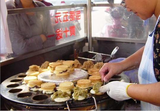 2004年的一家紅豆餅攤,還有一個5元的低價/聯合報系資料照