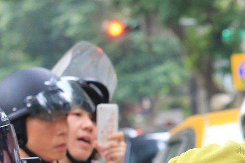 「橙汁CP」台北相愛全紀錄開播啦!陳柏霖與宋智孝浪漫約會,從內而外一起感受「BoBo」成長的家鄉味!後來到陳柏霖的母校,有個女生抱著他拍照,應該是恩師吧?!(噓編只好這樣催眠自己,人家也想要啦!)