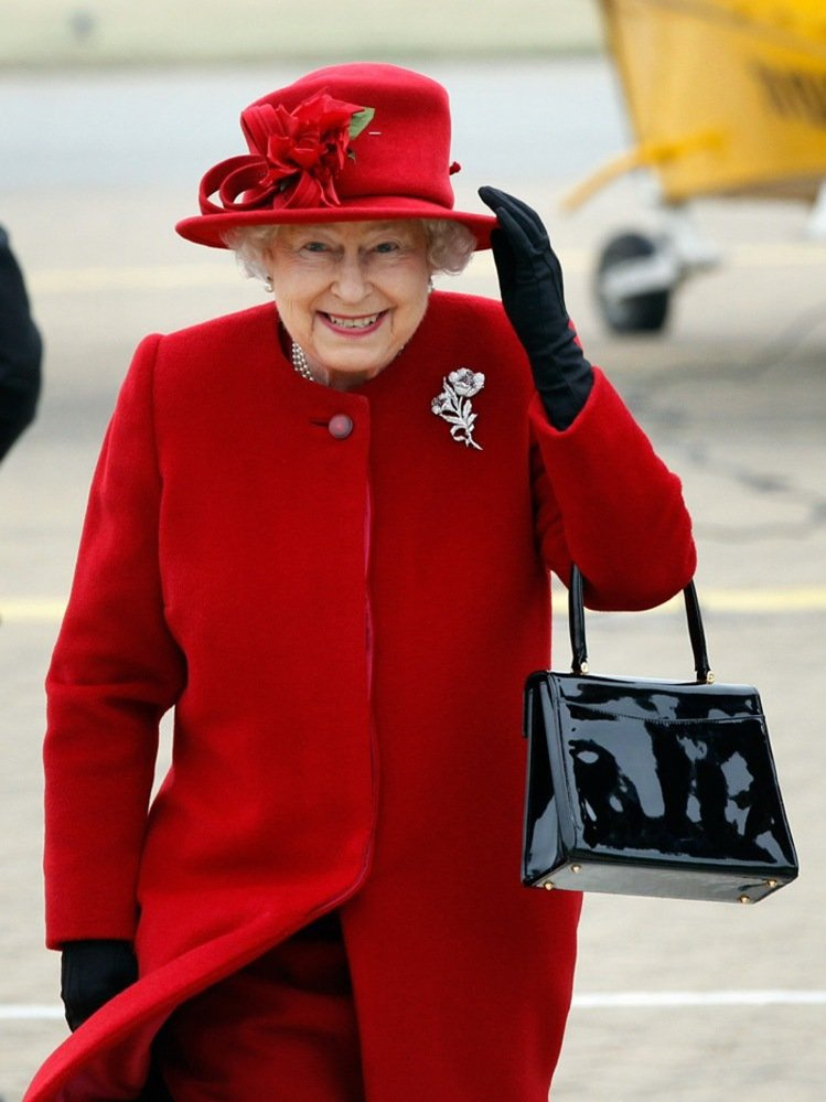 紅色系衣裝搭配鑽飾胸針與珍珠,展現貴氣。圖/取自europesroyals.tu...