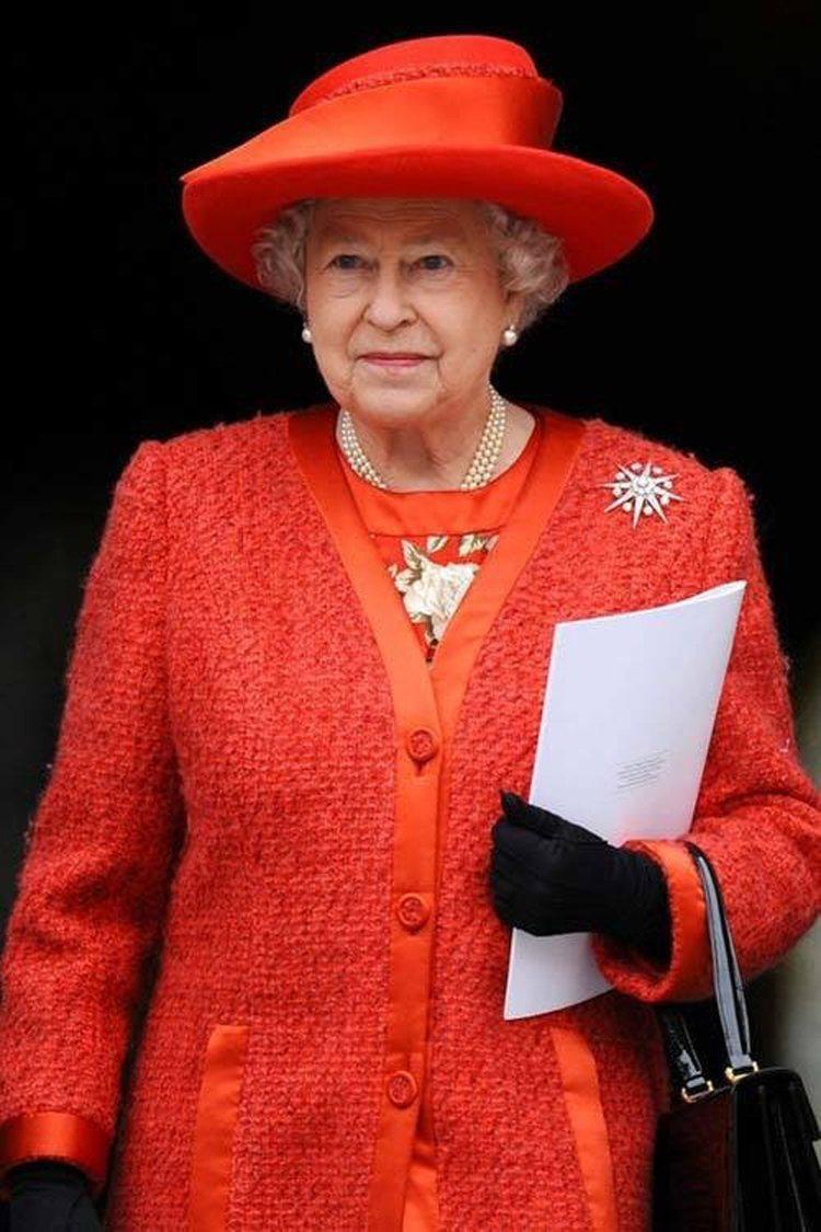 緞面的簡約橘色帽,襯出優雅的氣質。圖/取自24h.com.vn