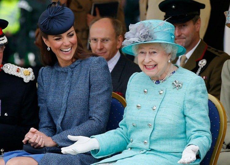女王與孫媳婦凱特王子妃,同穿藍色系出席正式活動。圖/取自sofeminine.c...