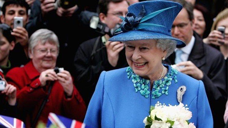 靛色系服裝也是伊莉莎白二世喜愛的色系。圖/取自bykoket.com