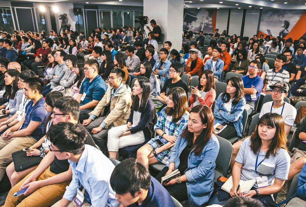 願景工程「青年開路論壇」昨天登場,不少觀眾席地而坐,講者也坐在舞台上近距離與觀眾...