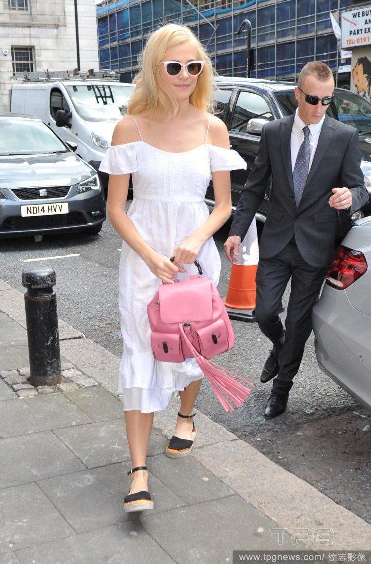Pixie Lott 的洋裝既呼應今年夏天最紅的露肩元素,搭配粉紅後背包和草編鞋...