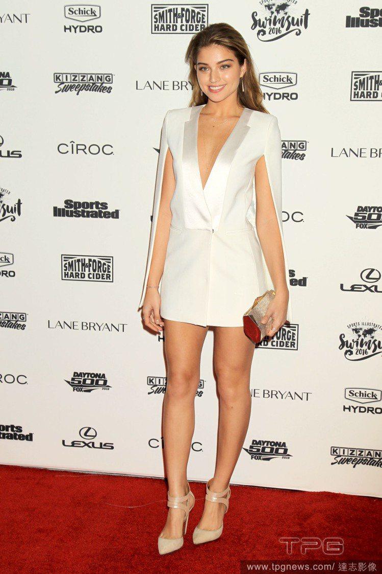 Daniela Lopez 的洋裝以西裝式剪裁帶出硬挺感,性感霸氣。搭配裸色繫帶...