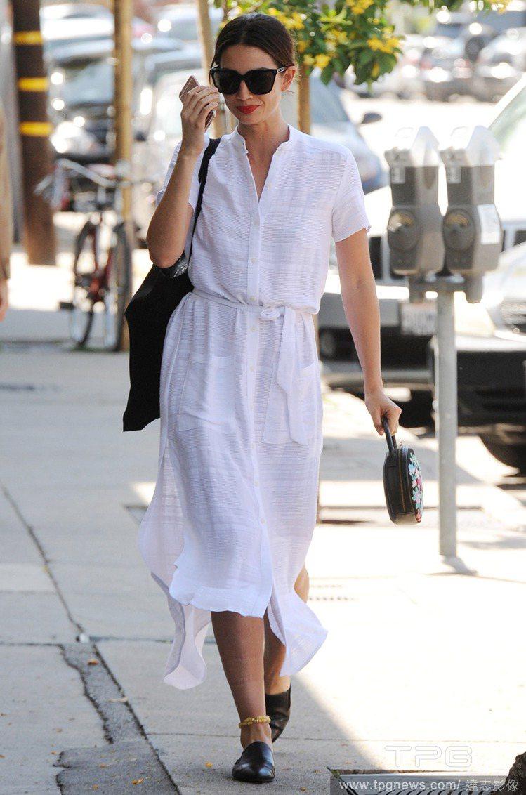 內衣名模 Lily Aldridge 穿上休閒襯衫式長洋裝,釦子愛扣不扣的,整體...