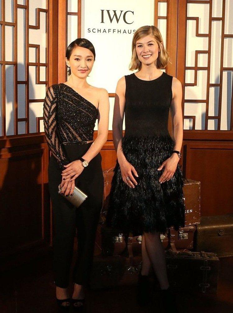 大陸女星周迅(左)和「控制」女星羅莎蒙派克出席北京國際電影節。圖/萬國表提供