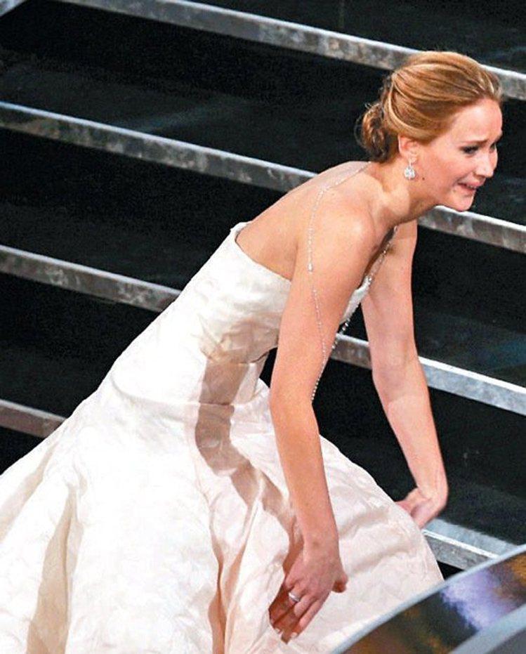 珍妮佛勞羅斯,自從2013年奧斯卡頒獎典禮那一摔之後,這位女星走到哪摔到哪。圖/...