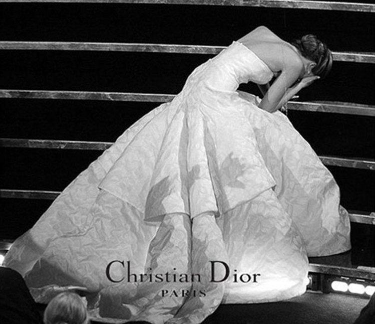珍妮佛勞羅斯2013年奧斯卡頒獎典禮摔了一跤被PS成精品廣告。圖/擷取自網路