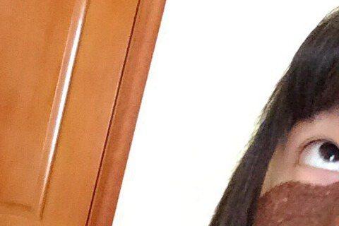25日微博上出現了一張「怪照」,照片中有位年輕女子穿著著正常的衣服,也綁了個兩個馬尾,臉上卻塗了咖啡色的泥,卻有不少網友留言直呼「萌萌噠」!原來,這個年輕女子是徐嬌。她還耍萌地提到「為什麼我要換好衣...
