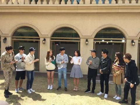 25日,韓國 SBS 綜藝節目《Running Man》節目組公開了一張錄製現場照,人氣劇《太陽的後裔》中的「救援CP」晉久和金智媛亮相。節目組透露日前「救援CP」加盟節目,並在仁川完成了節目的錄製...