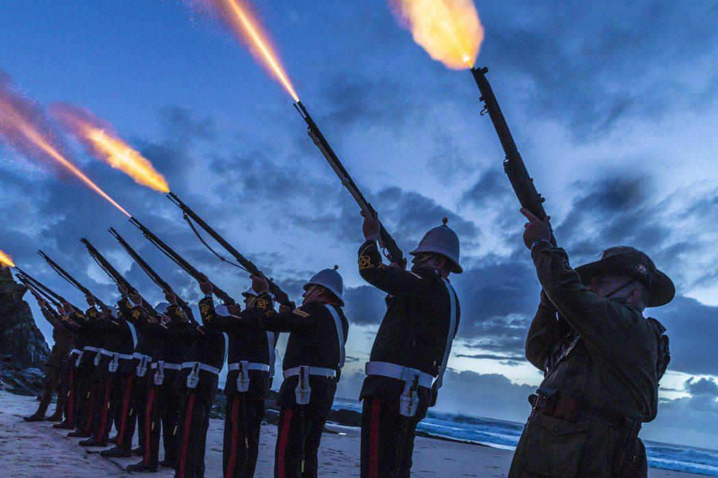 4月25日:澳洲儀隊在ANZAC日為陣亡將士所舉行的悼念儀式。 圖/歐新社