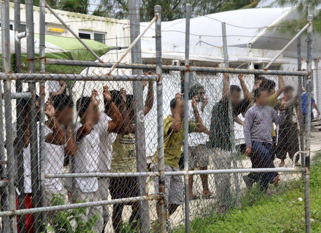 4月22日:巴紐馬努斯島上的難民拘留營。 圖/歐新社