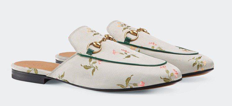 GUCCI Princetown絲質花草印花馬銜鍊便鞋,34,700元。圖/Gu...