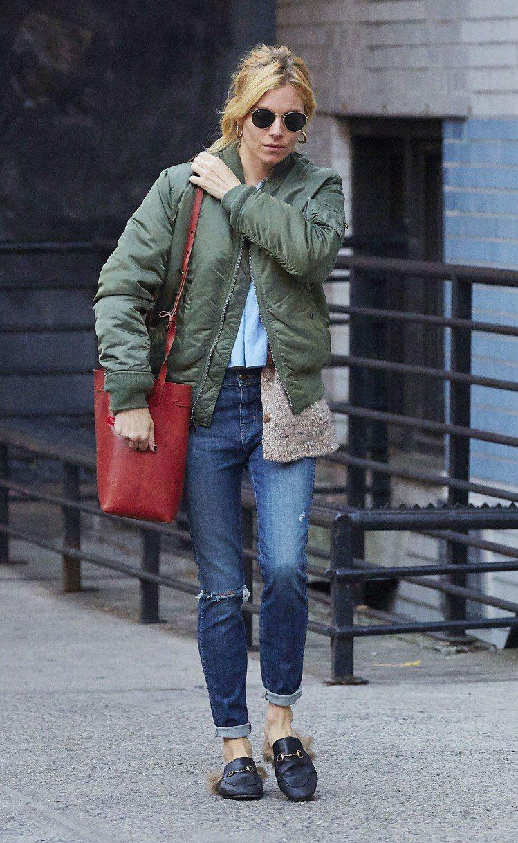 席安娜米勒穿著GUCCI Princetown馬銜鍊便鞋趴趴走。圖/Gucci提...