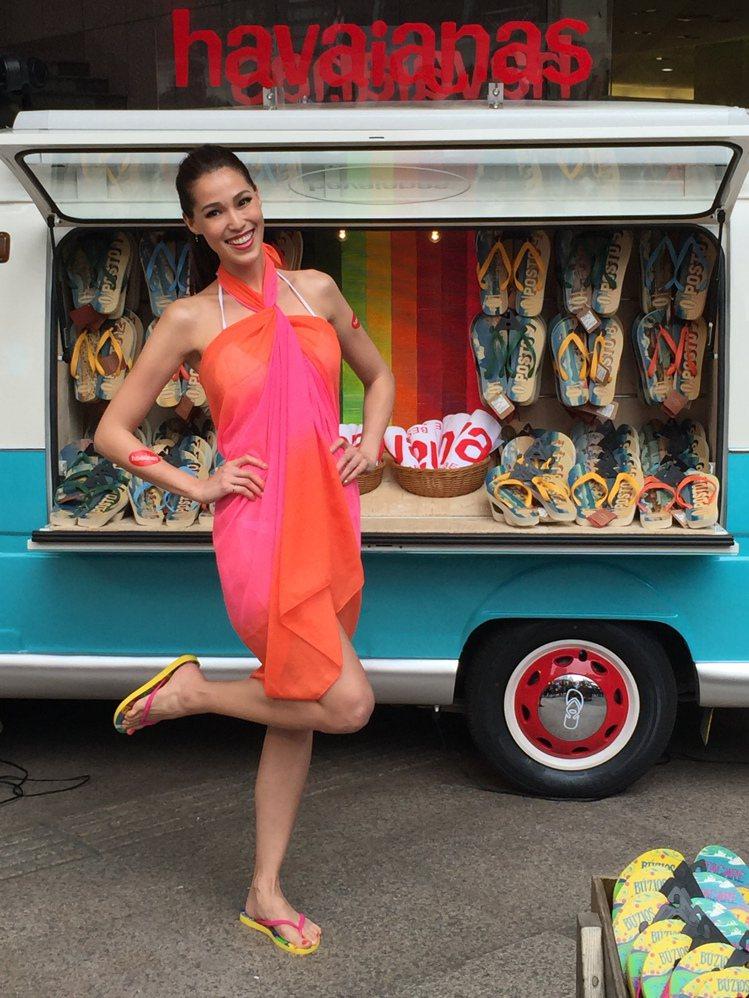 香月明美示範如何穿出Havaianas人字拖的海灘時尚。記者陶福媛/攝影