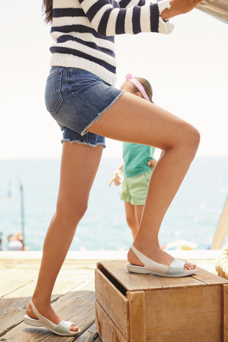 Crocs塑料鞋防水、防滑,是海灘戲水的最佳選擇。圖/Crocs提供