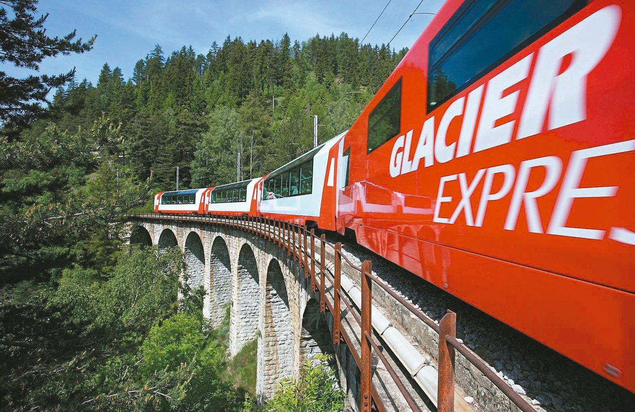 冰河列車車體鮮紅醒目。 圖/冰河列車提供