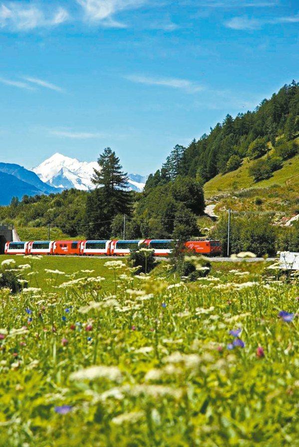 夏季列車,遠山白頭、綠野草花遍地,景色最美。 圖/冰河列車提供