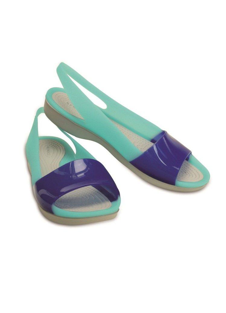 Crocs夏季卡駱馳亮透平底鞋,戲水踏浪最速配,2,380元。圖/Crocs提供